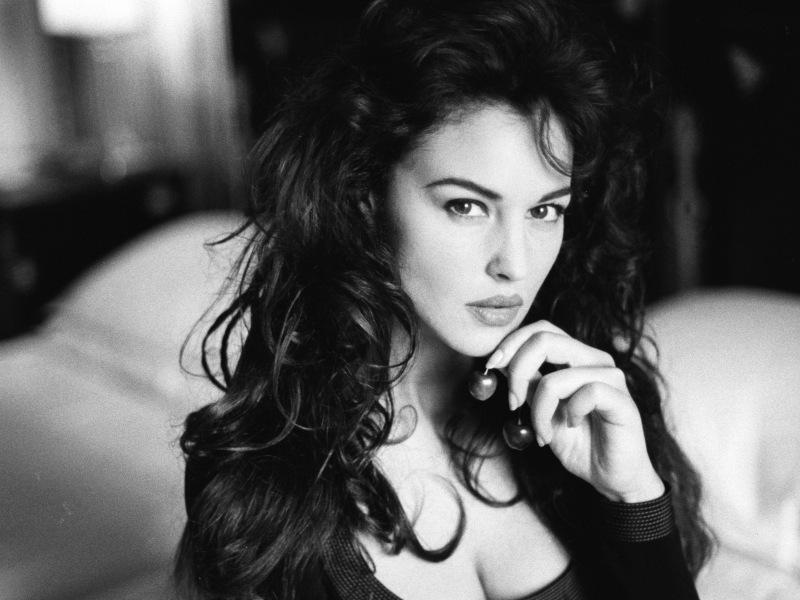 Чёрно-белое, девушка, взгляд, грудь, актриса, моника беллуччи, 1600x1200